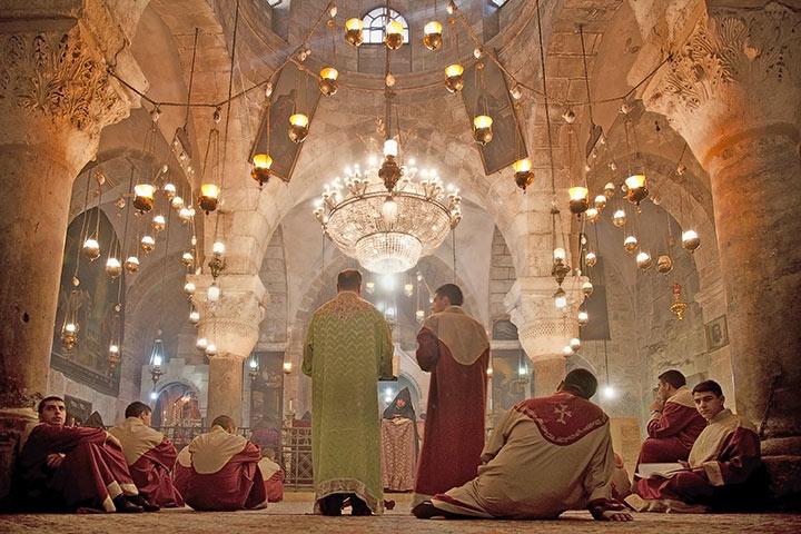 Corona in Israel und Palaestina: Kirchen wieder offen, Foto: Gottesdienst der Armenischen Apostolische Kirche in der Grabeskirche © dominika zara / Shutterstock.com