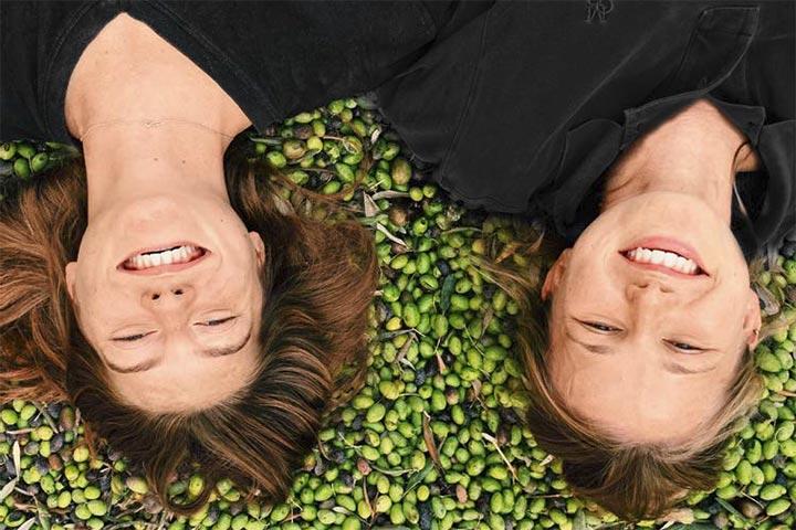 Freiwillige in Palaestina, Im Lande der Bibel 2/2020, Foto: Volontärinnen bei der Olivenernte
