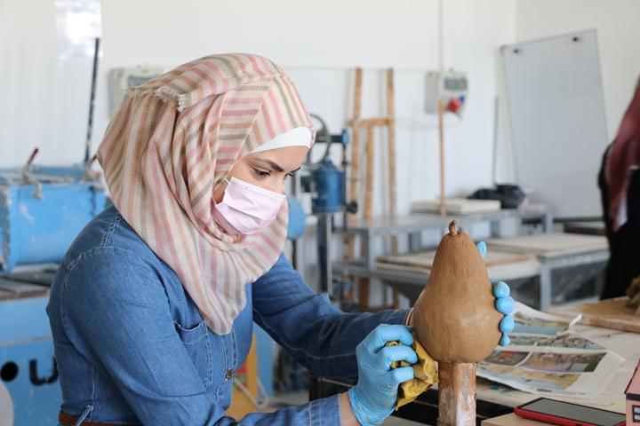 Kunststudentin in Dar al-Kalima