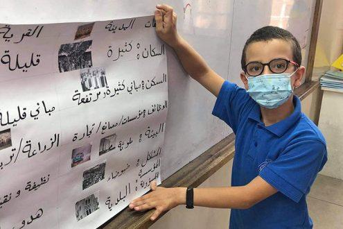 Evangelisch-Lutherische Schule Beit Sahour: Schulleben in Zeiten der Corona-Pandemie in Palästina, Foto: Schüler mit Schutzmaske an der Tafel
